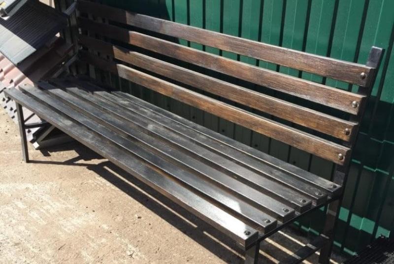 уличная скамейка тёмно-коричневая